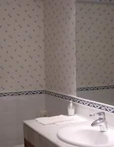 Guia util como empapelar paredes de ba os inmobiliaria for Papel pintado plastificado